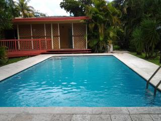 Spacious Vacation Pool Home in the heart of Greater Miami and Beaches!!, Miami Springs