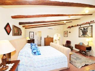 A comfortable king-size bed awaits you in this spacious, light filled studio with skylight.