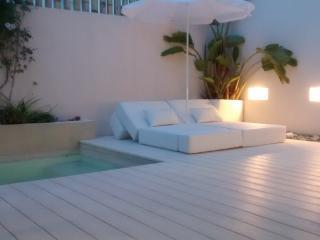 La zona de descanso cuenta con camas de tela náutica transformables en cama, sillón, puff, hamaca.