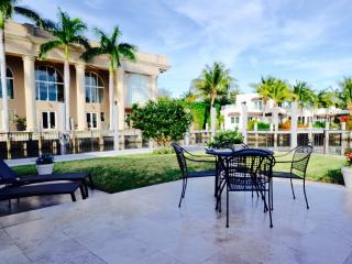 Waterfront with dock, walk to beach, heated pool, Fort Lauderdale