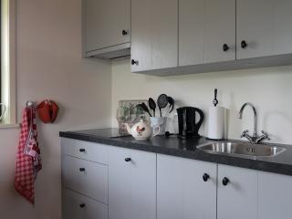 Keuken van alle gemakken voorzien een vaatwasser en combi oven