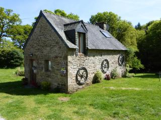 Hazel Cottage with shared heated pool, Guémené-sur-Scorff