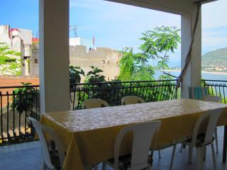 grande terrazzo completo di tavolo, sedie, barbecue, lavatrice e angolo lavanderia.