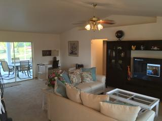 Beautiful Pool Vacation Home Newly Furnished - Hum, Cape Coral