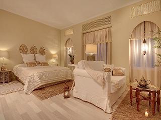 Suite Arabia con sofá, balcones, TV plasma