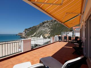 Apt. on the beach with a beautiful sea views, Nazaré