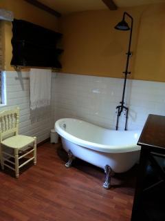 Cuarto de baño con una fabulosa bañera colonial