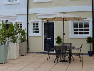 Lymington town centre, sea view, parking, patio