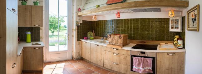 de comfortabele keuken met bijkeuken, wasmachine en aparte diepvries
