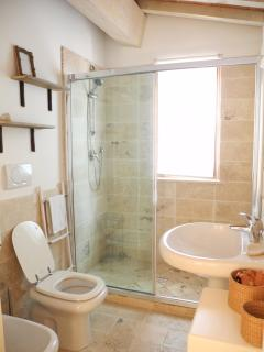 il bagno con doccia al piano primo - bathroom with shower on the first floor