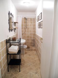 il bagno con doccia al piano terra - bathroom with shower on the ground floor