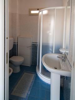 un bagno al piano terra, ogni piano è di un colore diverso...