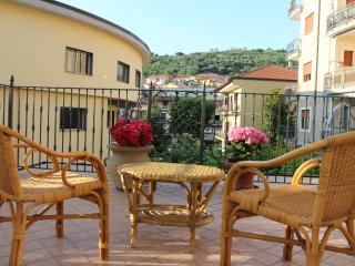 Casa Grosso, centrale con giardino e piscina, Pimonte