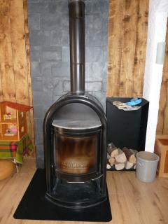 poêle à bois à disposition avec bois,petit bois,journaux,détecteurs de fumée et monoxyde de carbone