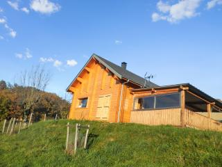 Enchanting chalet near the Lot River, Midi-Pyrénées, with heating, BBQ, terrace and mountain views, Espalion