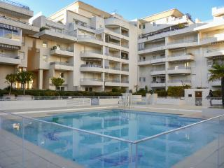 Sunny 1-bedroom apartment in Fréjus with large pool - within 300 metres of beach, shops & bars, Frejus