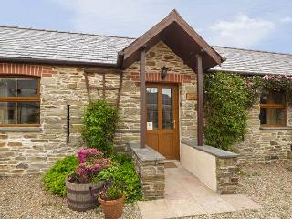 PUFFIN COTTAGE, mostly ground floor, shared outdoor heated pool, parking, in Lla