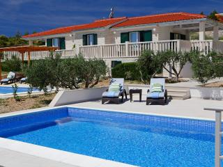 Four bedroom house for 10 people-private pool-BBQ-sea view- OLIVA