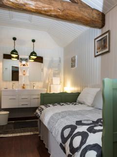 annex kamer Nieuwpoort,  industrieel getint, twee wastafels en een stijlvol bed voor 1 persoon