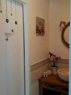 la salle de bain et ses toilettes indépendants