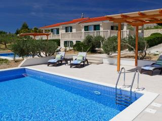 Ideal for group of 10 - four bedrooms - pool - BBQ - OLIVA