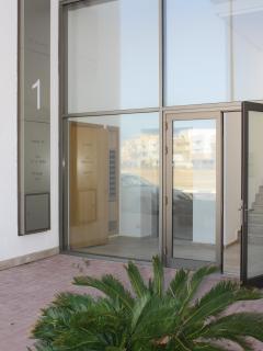 Main entrance / entrée principale