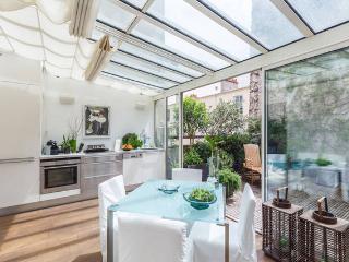 Beautiful design apartment with 35m² green terrace, París