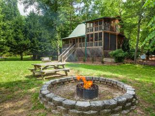 Edgewater Dreams- Sits right on the banks of the Coosawattee River!, Ellijay
