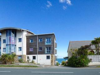 4 OCEAN 1, spacious ground floor apartment, balcony, sea views, WiFi, near