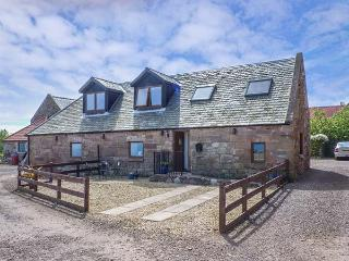 BRIDLE COTTAGE, stable conversion, sea views, WiFi, coastal walks nearby, beach 1 mile in Cove, Ref 925000