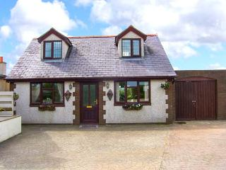 RHIANGWYN COTTAGE, pet-friendly cottage, enclosed deck, ground floor bed, close