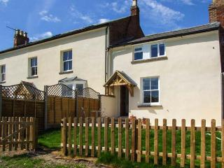 COTSWOLD VIEW, woodburner, beautiful views from back garden, good for walkers, near Stratford-upon-Avon, Ref 925051