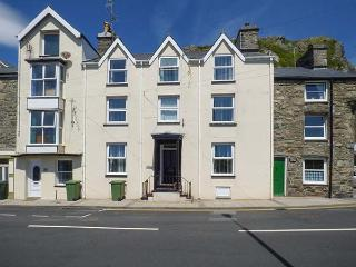 PENLAN HOUSE, over 3 floors, en-suites, walk-in wardrobes, woodburner, in Barmouth, Ref 925080