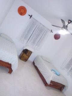 Habitacion principal con su baño dentro muy amplia y cómoda con 2 camas nido para 4 personas