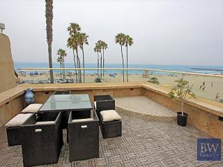 Nicely decorated upper oceanfront unit- near amenities, rooftop deck, w/d, Newport Beach