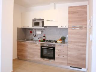 Cucina superattrezzata con lavastoglie, forno e forno microonde