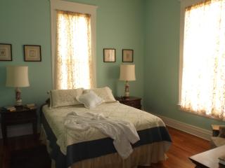 Second downstairs bedroom, gueen bed