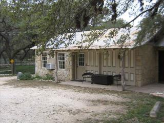 Charming Hill Country Carriage House, San Antonio