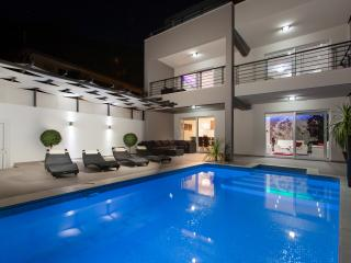 Villa Palladium with penthouse, jacuzzi and pool, Makarska