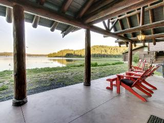 Charming and dog-friendly lakefront log cabin with gorgeous lake views!