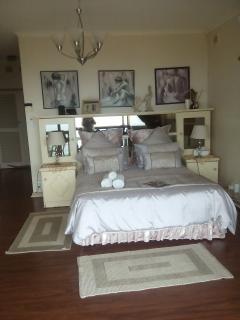 Beige room with en suite bathroom