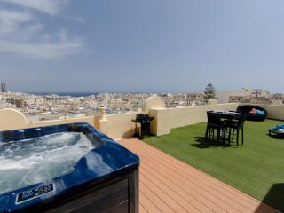 030 Astounding views 2-bed pth with large terrace, Sliema