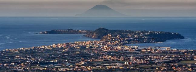 Panorama di Milazzo e Isola di Stromboli