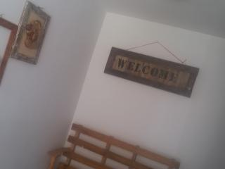 ingresso con piccoli oggetti in legno ( hobby del proprietario)