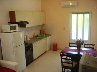 Apartman Matko (2+2) near Trogir, near the sea, Kastel Stafilic