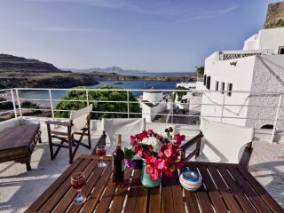 Villa Stavros, 3min walk to beach & Lindos centre, roof terrace w. sea views!