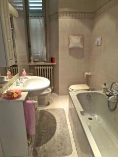 Il bagno principale, con vasca.