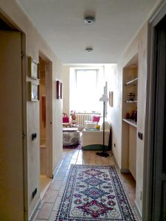 Corridoio e soggiorno visti dalla porta d'ingresso.