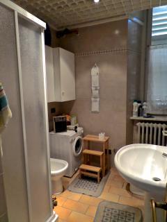 Il bagno secondario, con doccia.