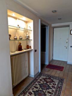 L'ingresso con porta blindata.